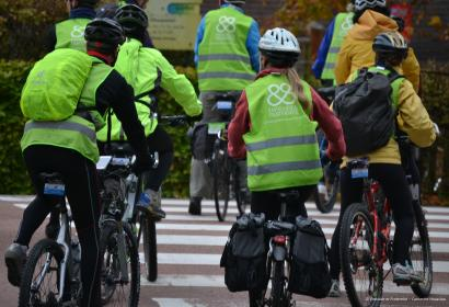 Solidarity Bike en Province de Liège - Cyclistes traversent la route